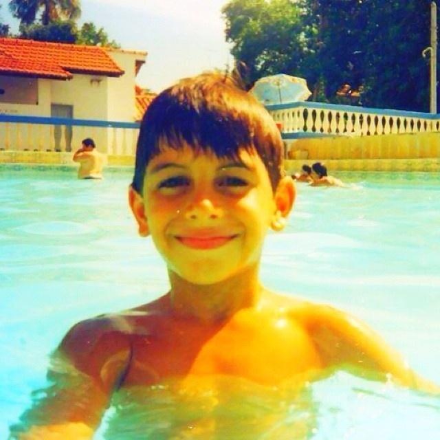 10.out.2013 - Jesus Luz aparece sorridente em foto de criança tirada em uma piscina.