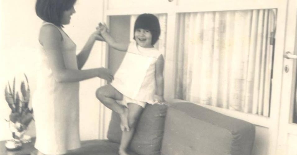 11.out.2013 - A atriz Glória Pires compartilha foto de quando ainda era criança