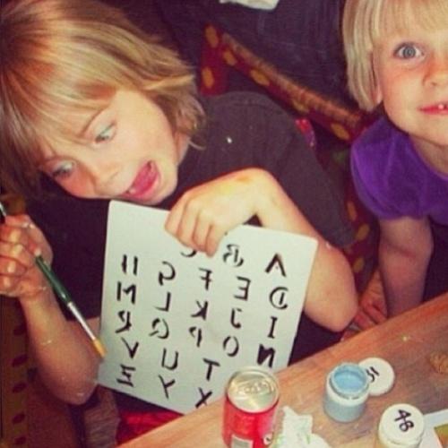 """11.out.2013 - A modelo Cara Delevingne faz careta em foto de infância, """"Acho que a loucura começa desde cedo"""", escreveu na legenda da imagem no Instagram"""