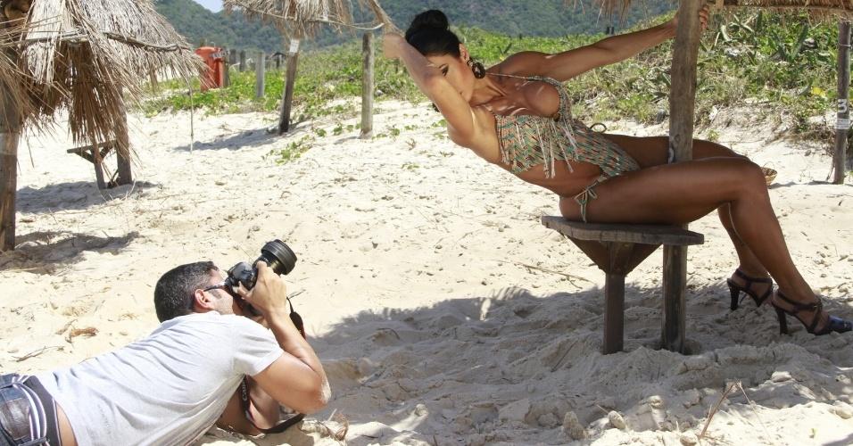 11.out.2013 - De maiô, Gracyanne Barbosa fez ensaio fotográfico na praia do Grumari, zona oeste do Rio