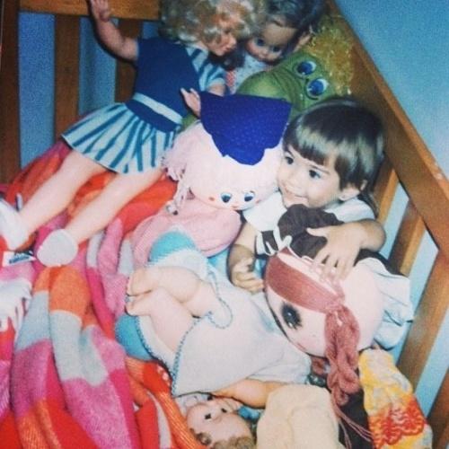 """11.out.2013 - Em clima de Dia das Crianças,Tatá Werneck mostra foto de infância com vários brinquedos. """"Onde esta wally?"""", escreveu ao postar a imagem"""