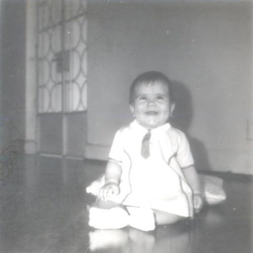 11.out.2013 - Glória Pires mostra foto de infância em que aparece sorrindo