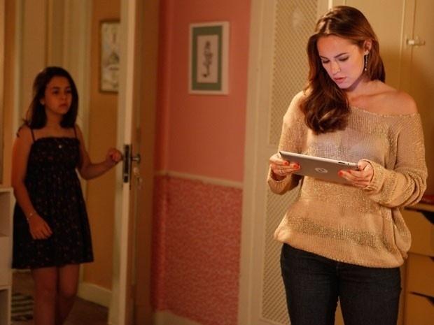 """Em """"Amor à Vida"""", Paloma encontra tablet que Paulinha ganhou de Ninho"""