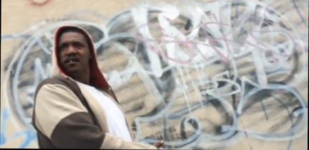 Homem impede pedestres de verem obra de Banksy no Brooklyn, em Nova York - Reprodução