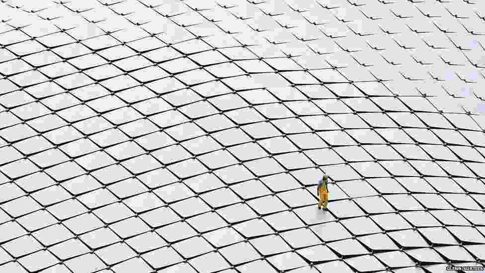 Outro britânico, Glenn Surtees, ficou com o segundo lugar da competição com esta foto de um trabalhador inspecionando o telhado de um teatro em Cingapura - Glenn Surtees