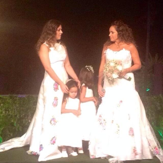 12.out.2013 - Daniela Mercury e Malu Verçosa vestidas de noivas em seu casamento, realizado na casa do casal em Salvador (BA)