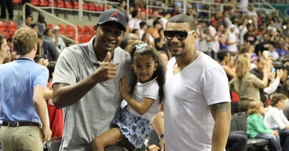 12.out.2013 - Leandrinho e a filha posam com o cantor Naldo antes do jogo da NBA no Rio de Janeiro
