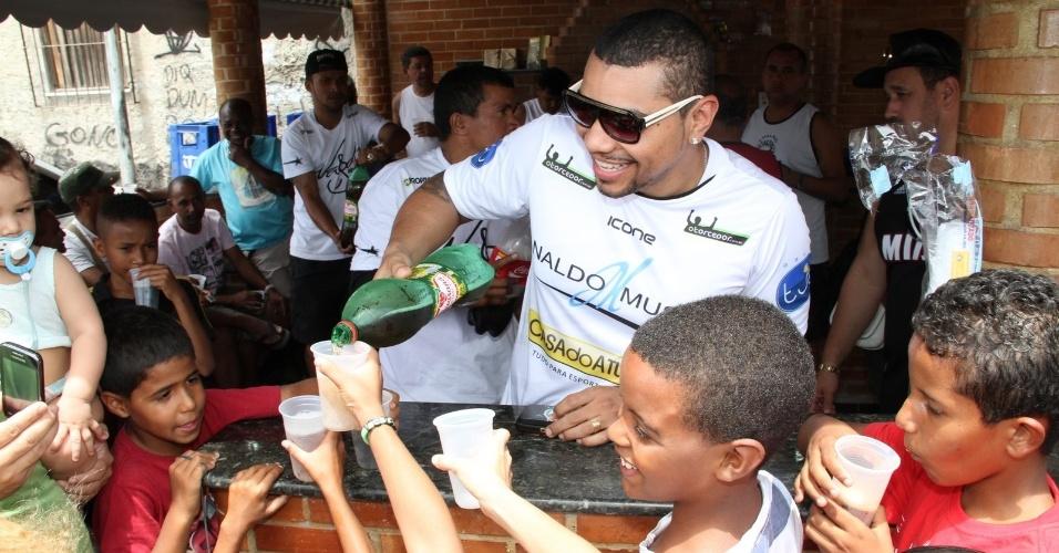 12.out.2013 - Naldo Benny faz alegria das crianças em uma comunidade do Rio de Janeiro