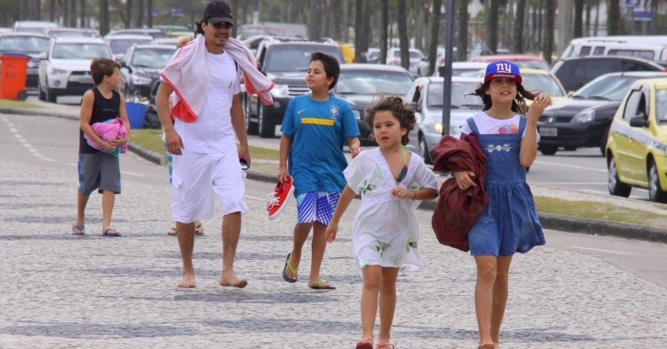 12.out.2013 - Neste sábado (12), Dia das Crianças, André Gonçalves levou os filhos para passear no calçadão da Praia da Barra da Tijuca, no Rio