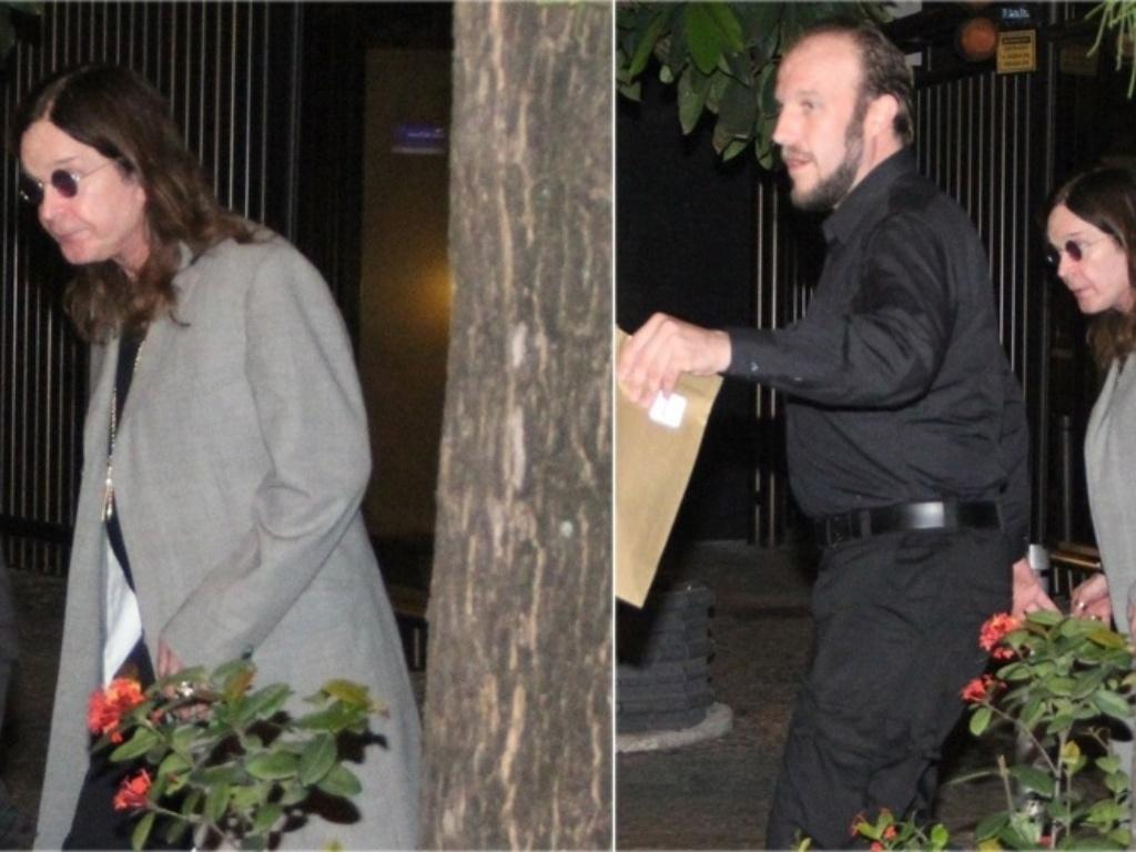 12.out.2013 - Ozzy Osbourne deixa restaurante em Ipanema, no Rio