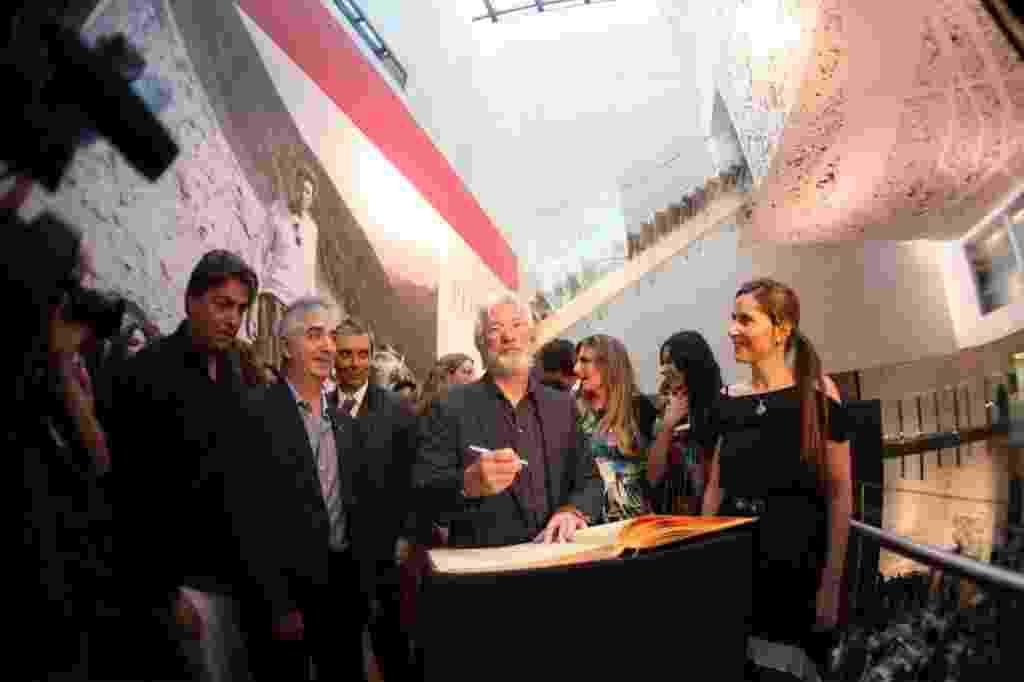 """12.out.2013 - O ator americano Richard Gere inaugura no México sua exposição fotográfica """"Peregrino"""", que mostra o cotidiano do povo tibetano. A exposição tem 64 imagens feitas pelo ator entre 1981 e 1996 durante viagens para Índia, Tibet e Mongólia - Sáshenka Gutiérrez/EFE"""