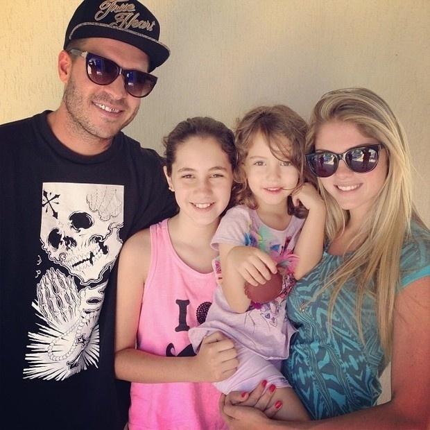 13.out.2013 - Bárbara Evans posa com Mateus Verdelho e irmãs mais novas