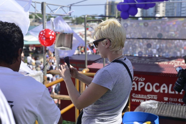 13.out.2013 - Leandra Leal fazendo um registro do público presenta na Praia de Copacabana durante a 18ª edição da Parada do Orgulho LGBT no Rio