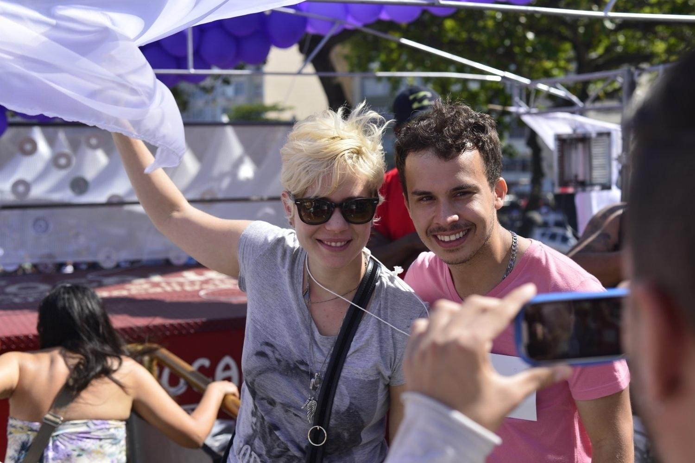 13.out.2013 - Leandra Leal posando com um fã durante a 18ª edição da Parada do Orgulho LGBT no Rio