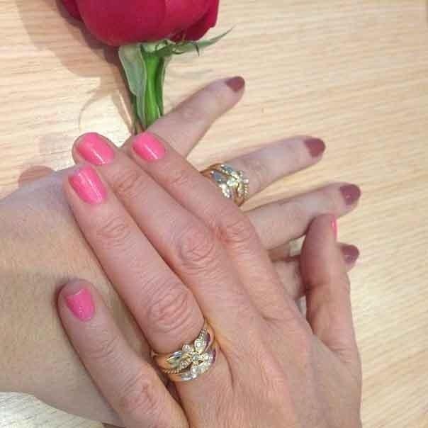 13.out.2013 - Um dia depois do casamento com Malu Verçosa, Daniel Mercury postou uma foto de suas mãos com as alianças.