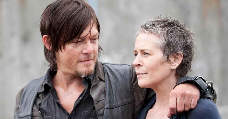"""Daryl Dixon (Norman Reedus) and Carol Peletier (Melissa McBride) em cena do primeiro episódio da quarta temporada de """"The Walking Dead"""""""