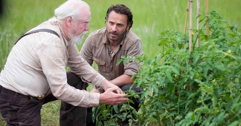 """Hershel Greene (Scott Wilson) e Rick Grimes (Andrew Lincoln) no primeiro episódio da quarta temporada de """"The Walking Dead"""""""