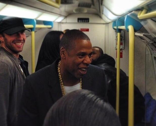 Jay-Z, à direita, estava acompanhado por Chris Martin, à esquerda, no metrô de Londres antes de show