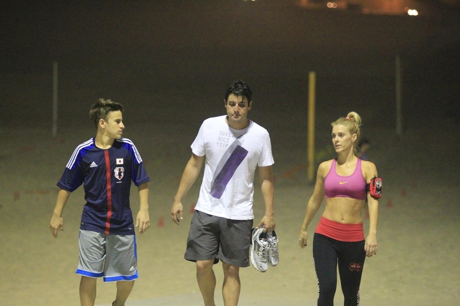 14.out.2013 - Acompanhada de Bruno de Luca e do filho Davi, Carolina Dieckmann se exercitou na praia da Barra, no Rio