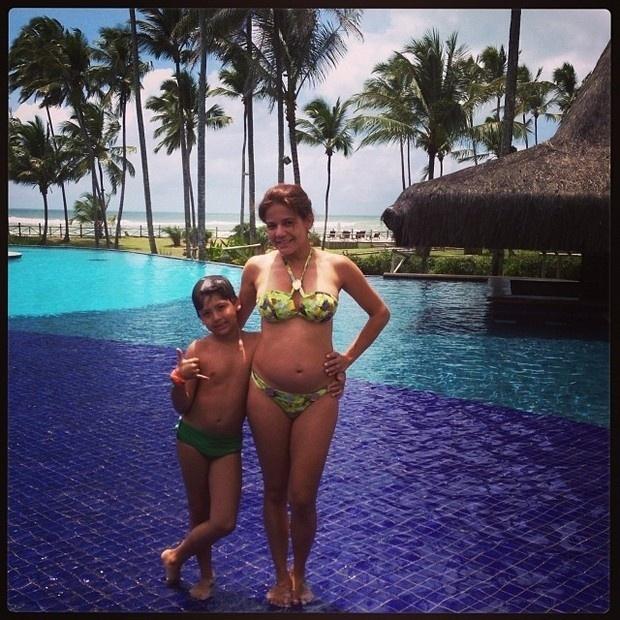 14.out.2013 - Nívea Stelmann exibiu a barriga de quatro meses de gestação em dia de piscina na Bahia. A atriz estava acompanhada do primogênito, Miguel