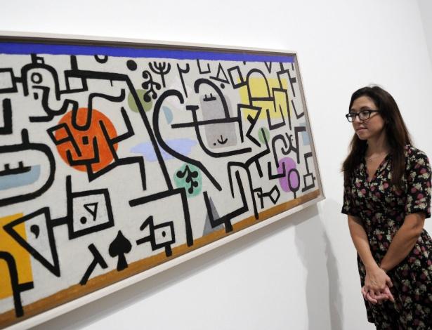 Vistante observa obra de Paul Klee em exposição na Tate Modern, em Londres - Facundo Arrizabalaga/EFE