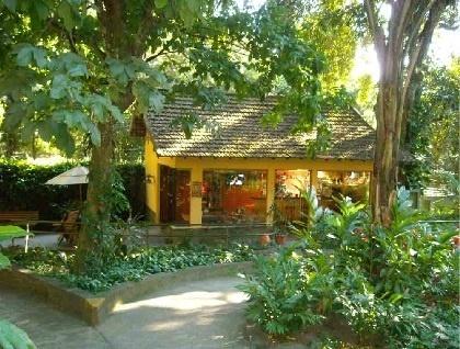 14.out.2013- A clínica psiquiátrica em que Monique Evans está hospedada, na Gávea, Zona Sul do Rio, possui uma área externa arborizada