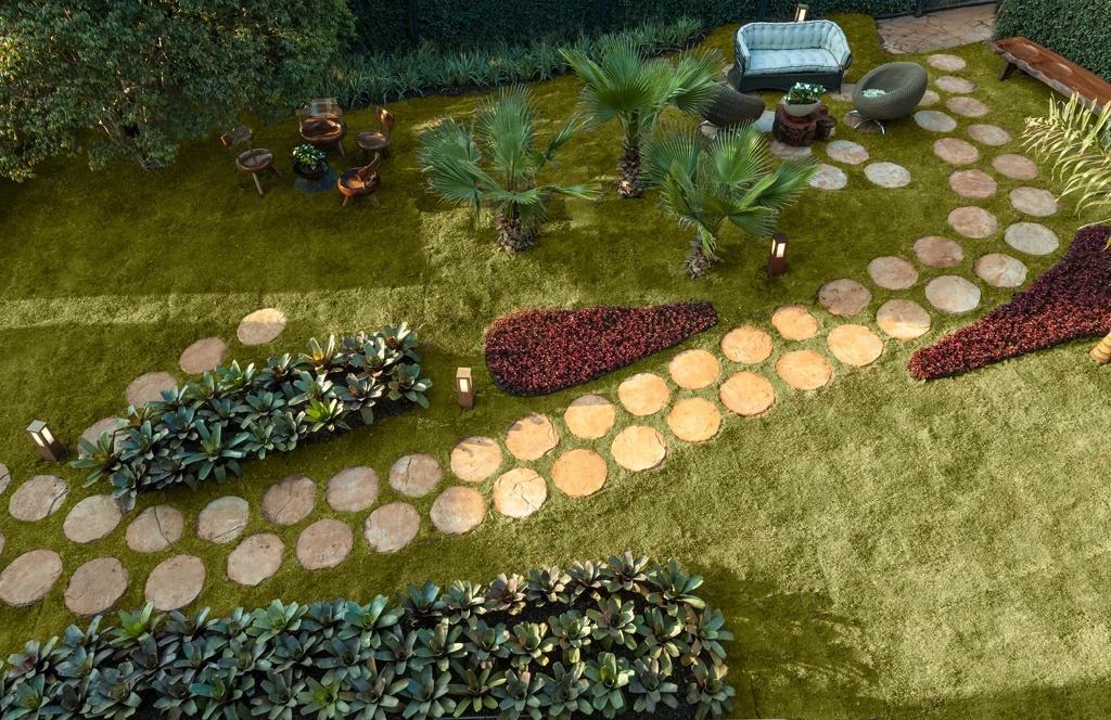 Casa Cor MG - 2013: O Eco Jardim, criado pela paisagista Nãna Guimarães, estrutura-se como um jardim tropical com destaque para as bromélias e para o caminho