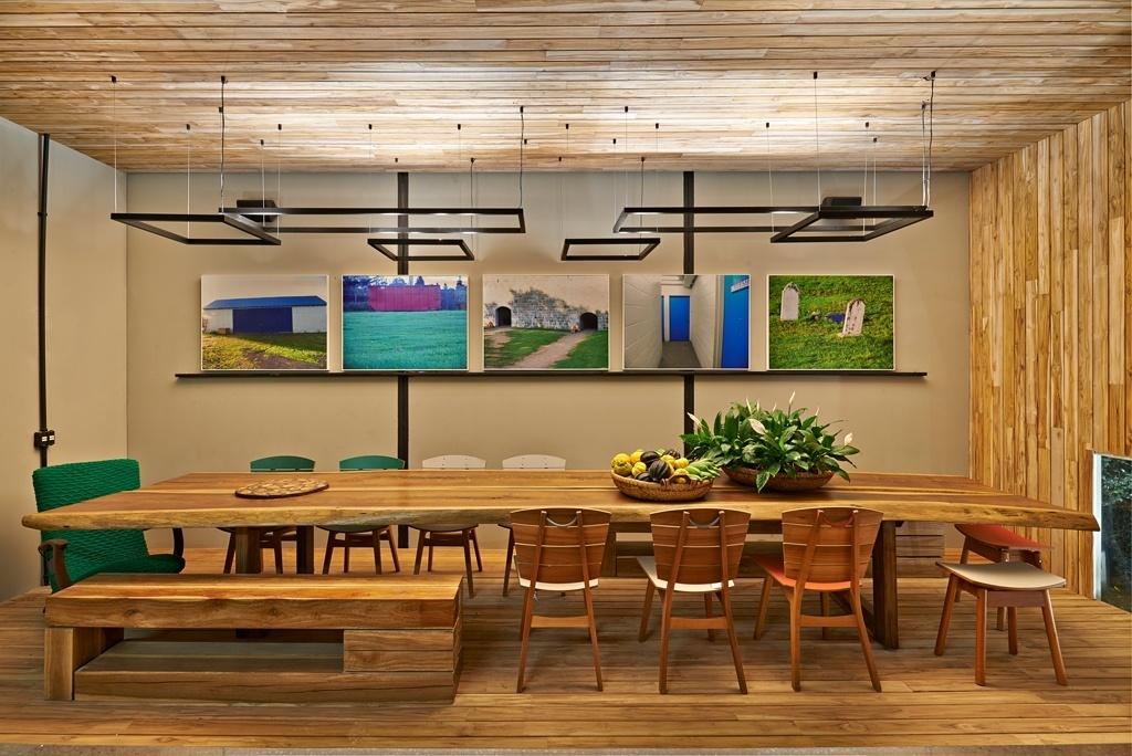 Casa Cor MG - 2013: O Espaço Gourmet, pensado pelas arquitetas Ana Andréa Barra e Norma Guimarães, tem o piso, o teto e a parede dos fundos revestidos em madeira teca. O ambiente foi construído com placas de concreto laminar (sistema Laminus), que podem ser desmontadas após o evento