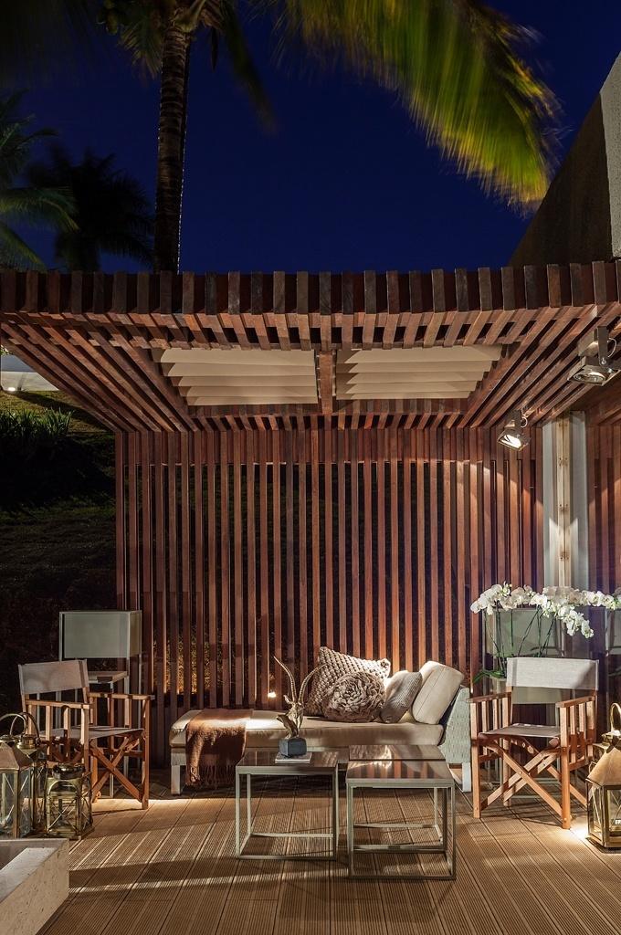 Casa Cor MG - 2013: O arquiteto Luís Fábio Rezende de Araújo assina a Casa do Jardim, um espaço com 140 m², anexo à casa principal. Destaque para a varanda com pérgola em madeira