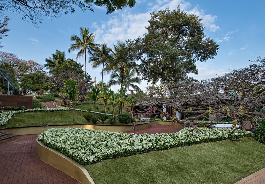Casa Cor MG - 2013: Inspiradas pelo paisagismo moderno brasileiro, as arquitetas Carla e Marina Pimentel desenvolveram o projeto do Jardim do Encontro: com 1.200 m², o ambiente se pretende um jardim tropical pontuado por texturas, linhas retas em contraposição às muitas curvas e pelo piso permeável