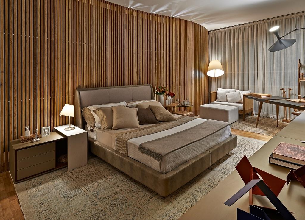 Casa Cor MG - 2013: Foi pensando na década de 1950 que a arquiteta Eduarda Corrêa projetou a Suíte do Casal. No ambiente, o painel curvo e ripado é a peça chave, já que dialoga com a residência projetada por Oscar Niemeyer na década de 1950 onde a Casa Cor MG deste ano se realiz