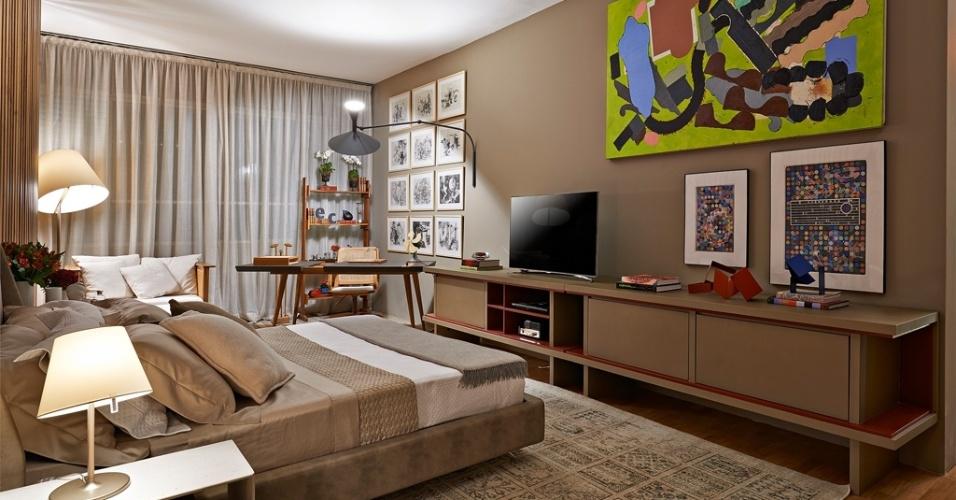Casa Cor MG - 2013: Foi pensando na década de 1950 que a arquiteta Eduarda Corrêa projetou a Suíte do Casal. No ambiente, obras de Roberto Burle Marx e a arandela com duplo foco se destacam na base de tons neutros