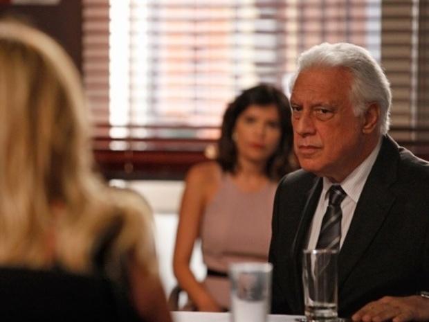 """Em """"Amor à Vida"""", César pede para Pilar não tirar o San Magno dele"""