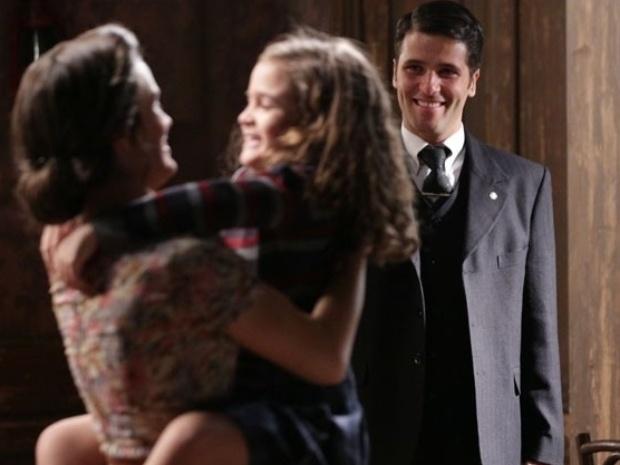 """Em """"Joia Rara"""", Franz promete ficar ao lado de Amélia e eles quase se beijam"""