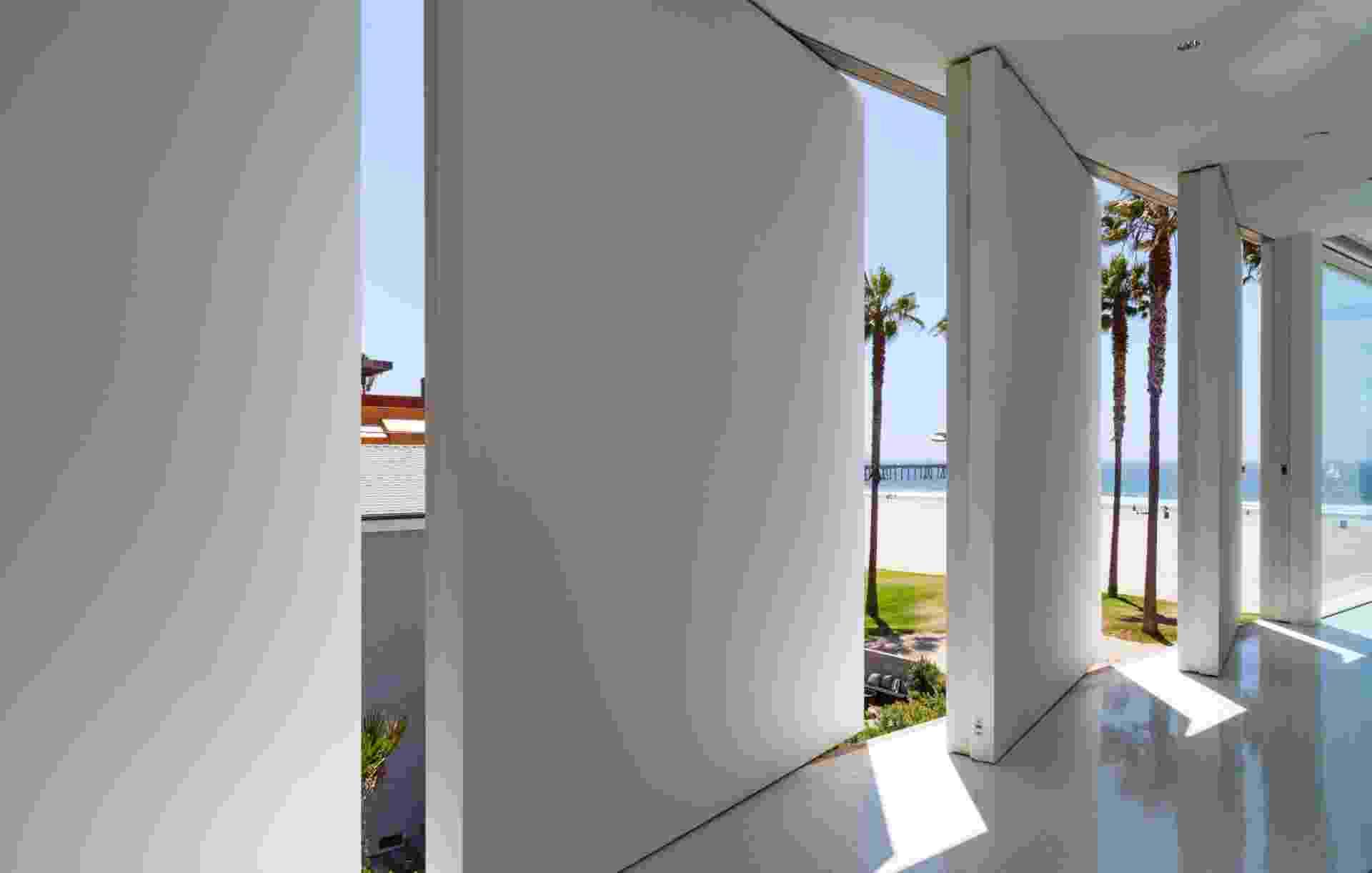 """(Imagem do NYT, usar apenas no respectivo material) A casa """"Flip-flop"""" recebeu esse nome por conta das portas pivotantes instaladas sequencialmente no andar superior da residência. As estruturas foram instaladas para prover a circulação de ar e a vista da paisagem e, ao mesmo tempo, oferecer espaço expositivo para a coleção de fotografias do casal Kamienowicz - Trevor Tondro/ The New York Times"""