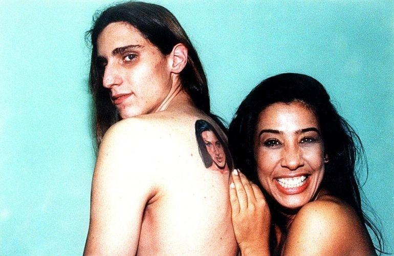 Scheila Carvalho com o fã Marcus Vinícius Rodrigues, que tatuou o rosto da ex-dançarina do É o Tchan nas costas (13/9/1998).