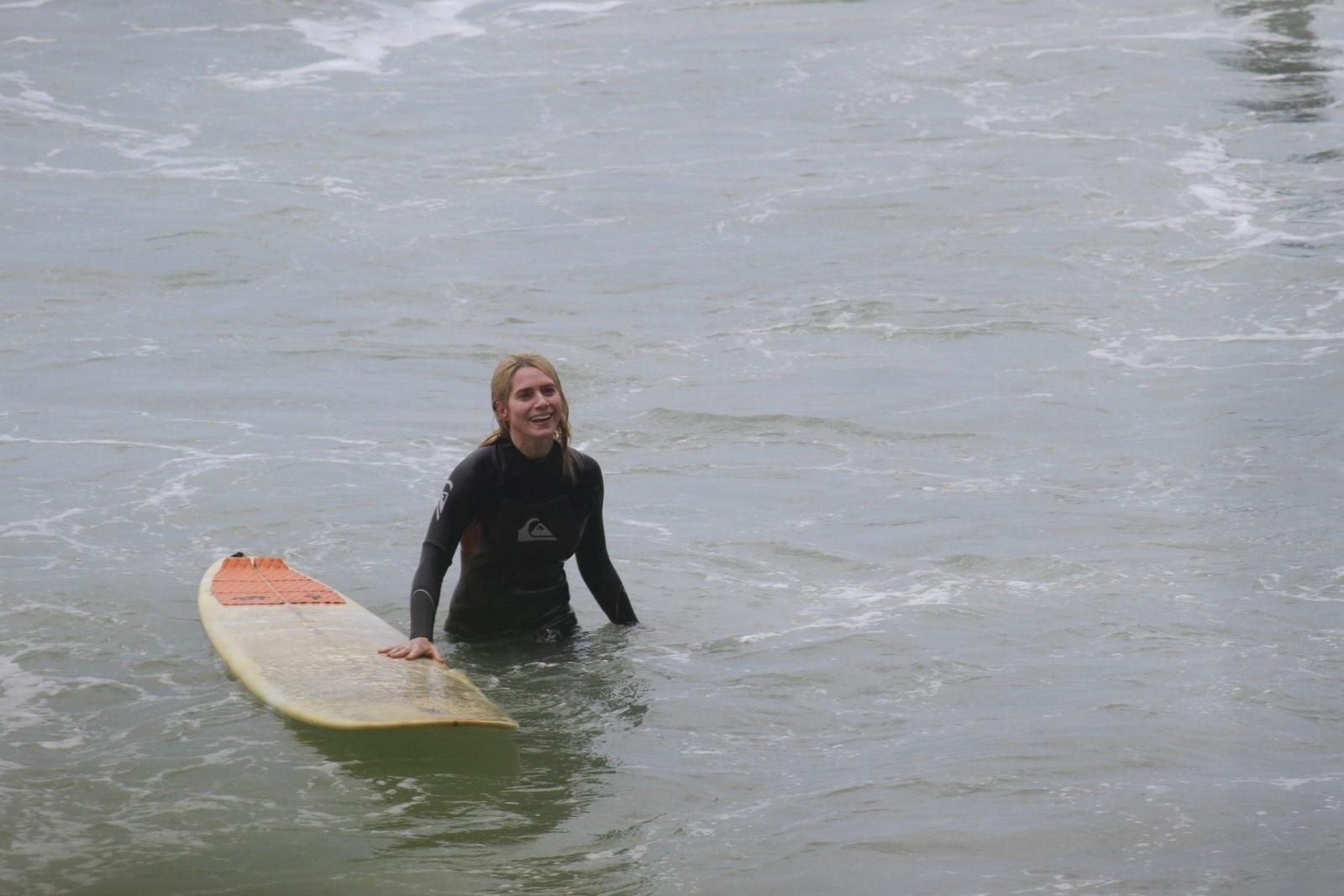 14.out.2013 - Letícia Spiller surfou na Prainha, praia localziada na zona oeste do Rio. A atriz tem 40 anos e está no ar em