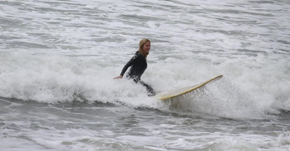 """14.out.2013 - Letícia Spiller surfou na Prainha, praia localziada na zona oeste do Rio. A atriz tem 40 anos e está no ar em """"Joia Rara"""""""