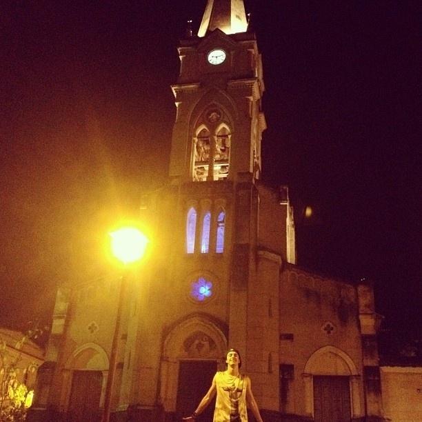 """14.out.2013 - O ator Eike Duarte posa em frente a igreja da cidade de Goiás Velho, no interior de Goiás, durante intervalo das gravações de """"Em Família"""", próxima novela das 21h"""