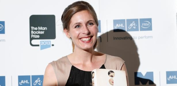 """A escritora Neozelandesa Eleanor Catton, vencedora do Man Booker Prize 2013 pelo romance """"The Luminaries"""", posa com o prêmio no Guildhall, em Londres - Olivia Harris/Reuters"""
