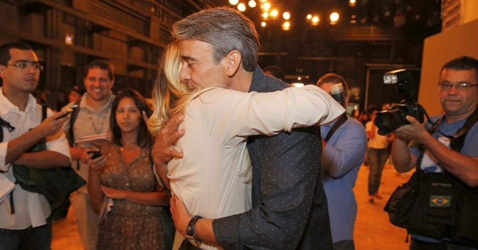 """15.out.2013 - Alexandre Borges e Flávia Alessandra se abraçam na apresentação da novela """"Além do Horizonte"""", no Rio de Janeiro"""