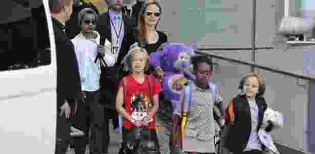 Angelina Jolie com os filhos (da esquerda para a direita): Maddox (de gorro), Shiloh (de camiseta vermelha), Zahara e Knox, em um aeroporto de Sidney, na Austrália - EFE