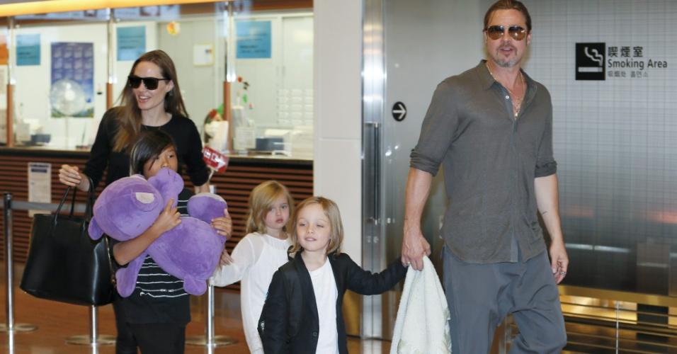 Angelina Jolie e Brad Pitt com os filhos Pax Thien, Shiloh e Knox Jolie-Pitt no Aeroporto Internacional de Tóquio, em 20 de julho de 2013