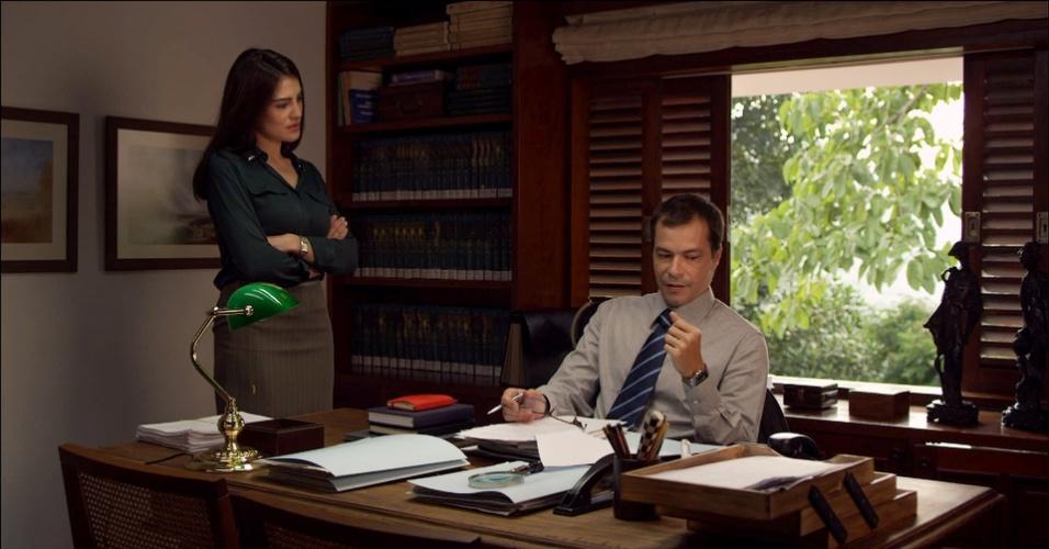 """Na série """"Se Eu Fosse Você"""", Heitor Martinez interpreta Heitor, um advogado especializado em divórcio que, após a morte de seu sócio, é obrigado a dividir o seu local de trabalho com Clarice (Paloma Duarte), a neta dele"""
