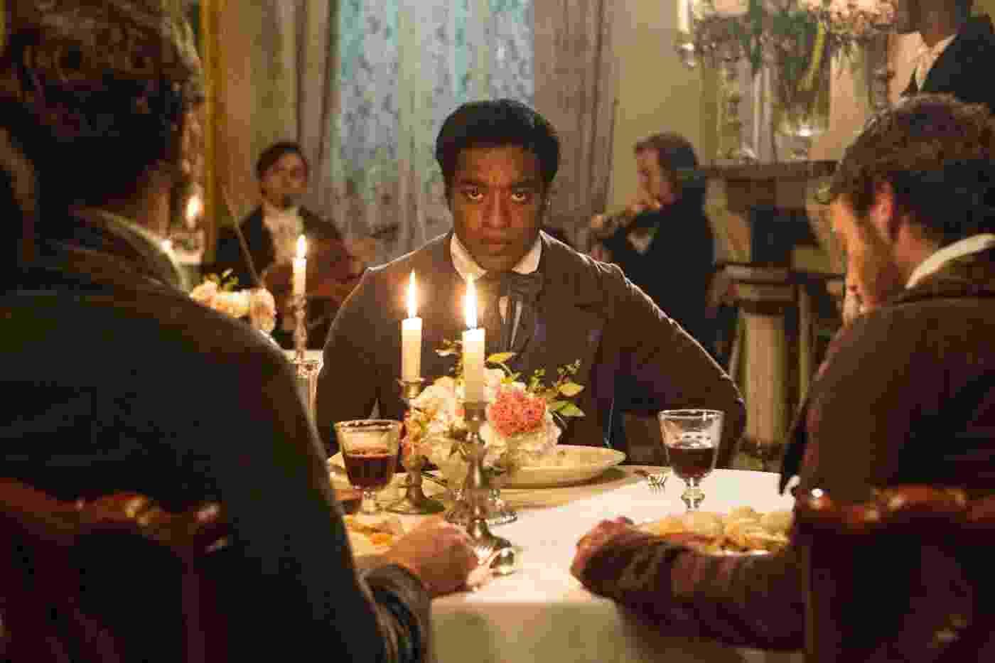 """""""12 Years a Slave"""", de Steve McQueen, é baseado nas memórias -- lançadas em 1853 -- de um negro livre que é vendido como escravo. O longo foi eleito o melhor filme do Festival de Toronto e é um dos favoritos na corrida pelo Oscar - Divulgação/Fox Pictures"""