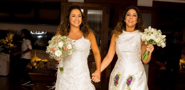 12.out.2013 - Daniela Mercury e Malu Verçosa entram de noivas com buquês no dia de seu casamento