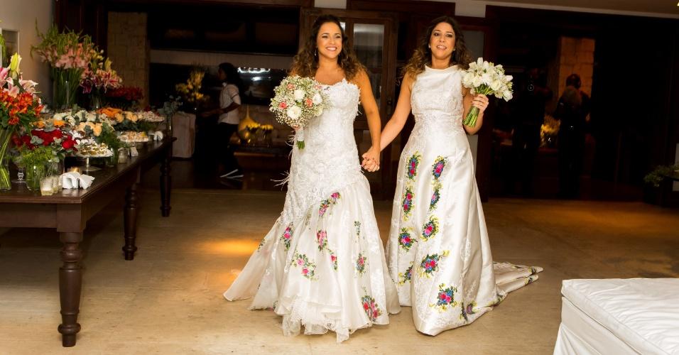 12.out.2013 - No casamento de Daniela Mercury e Malu Verçosa, as noivas entraram com buquês nas mãos e com vestidos confeccionados pelo artista plástico Iuri Sarmento