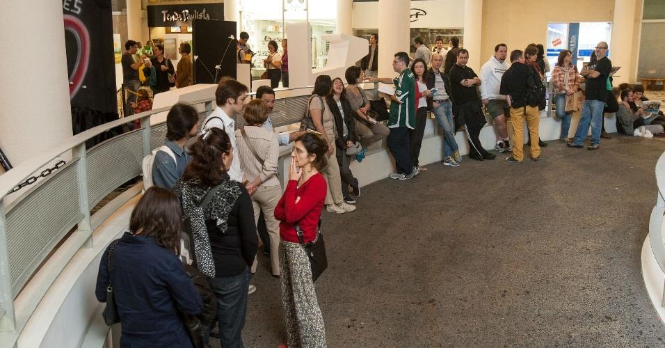 12.out.2013 - Público aguarda a abertura da Central da Mostra, no Conjunto Nacional, em São Paulo