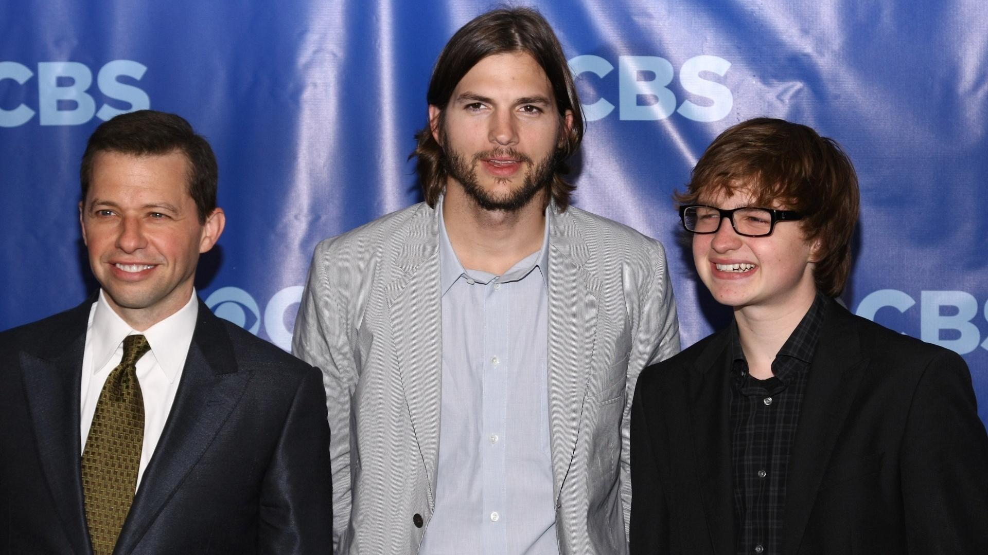 16.out.2013 - Os atores Jon Cryer, Ashton Kutcher e Angus T. Jones aparecem na lista da Forbes entre os atores mais bem pagos da TV norte-americana em 2013.