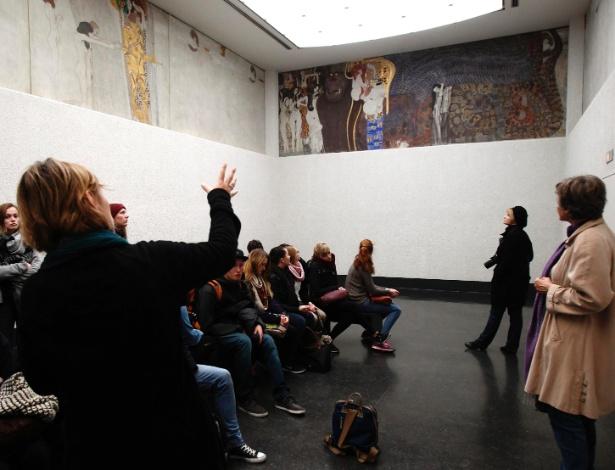 "Visitantes observam o famoso ""Friso de Beethoven"", de Gustav Klimt, na Secession de Viena - Heinz-Peter Bader/Reuters"